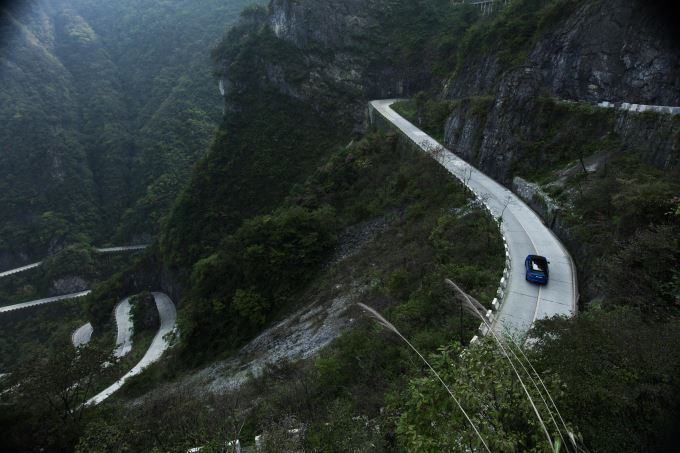 Range Rover Sport SVR Beats Ferrari Record on Tianmen Road 2