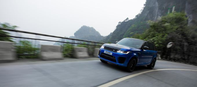 Range Rover Sport SVR Beats Ferrari Record on Tianmen Road