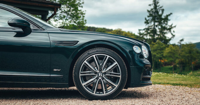 Flying Spur Hybrid - Front Quarter with Wheels